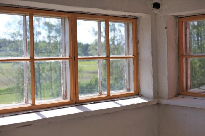 kahdesti kalkittu, kuiva seinä ja maalatut ikkunanpokat